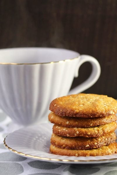 Quick ginger and sesame cookies free from grains, refined sugar and dairy.