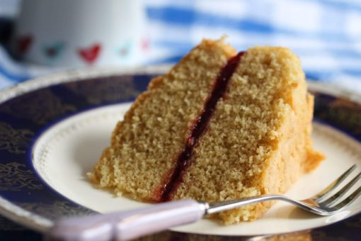 Serve up a perfect Victoria sponge cake. Nobody will now that this one is gluten-free and dairy-free AND wholegrain!