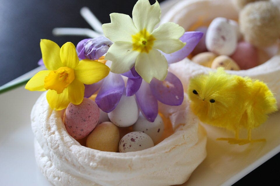 Easter meringues with flowers and chick