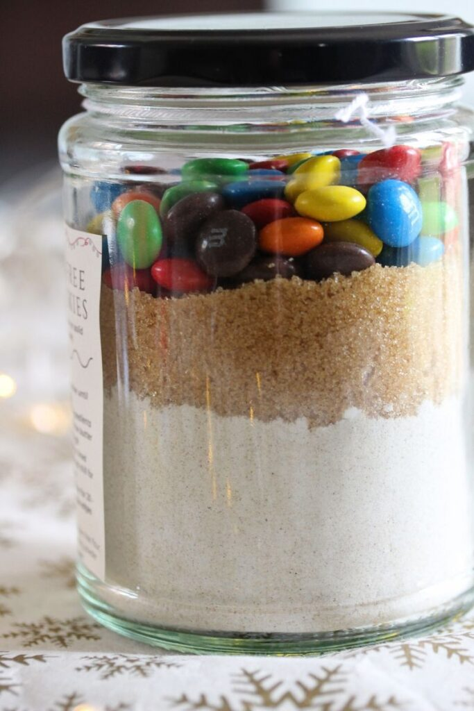Make gifts this year for environmentally friendly alternatives to bought goods. This cookies in a jar idea is perfect for friends and family.